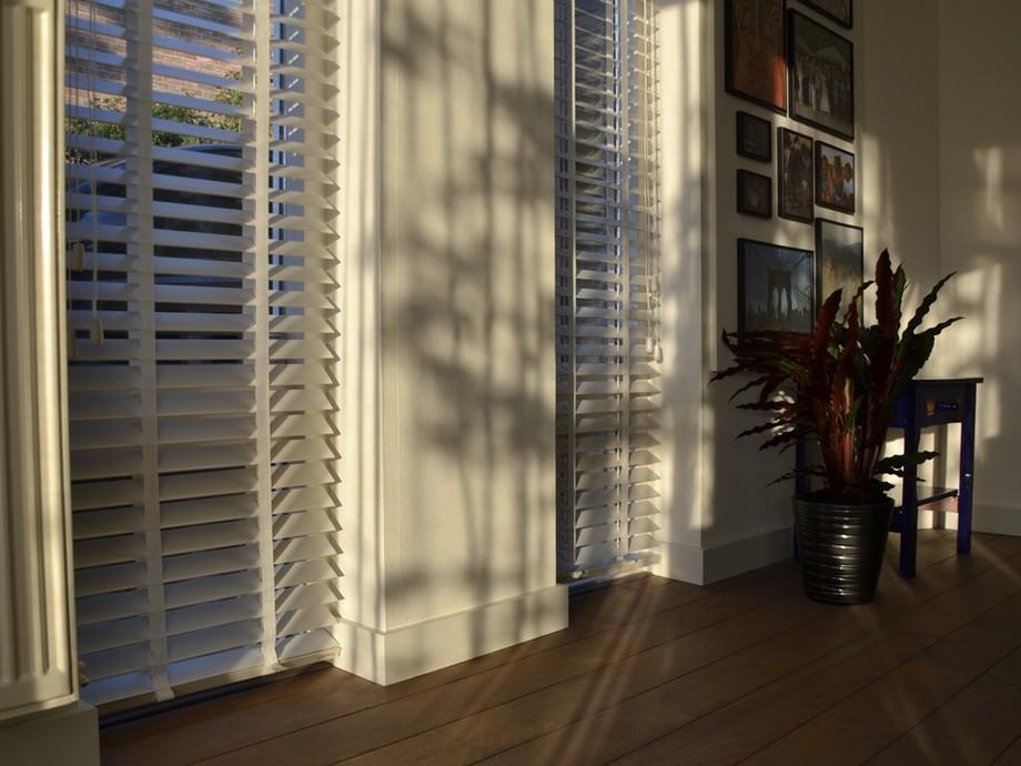 raamdecoratie inspiratie houten jaloezie
